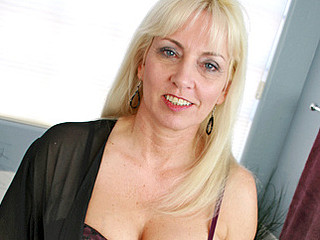 Golden-Haired cougar Cala Desires masturbates in will not hear of bubble launder
