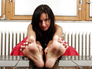 dark brown milf sharon can't live deprived of her feet