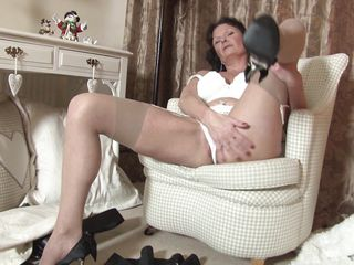 busty mature mama enjoying her masturbation.