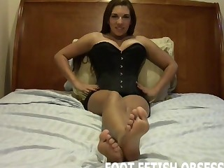 I will let your jack off all over my pretty feet