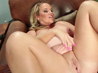 Singular well-known dildos can satisfy curvy babe Dee Siren