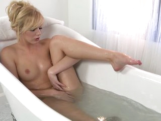 Hayden Hawkens fucktoys her pussy after taking a bathtub