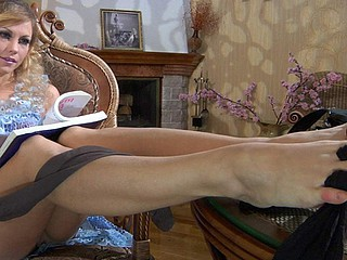 Hawt curly-head wraps her black hose around the toes of her tasty feet
