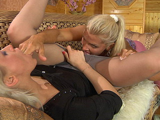Susanna&Hannah nasty pantyhose video